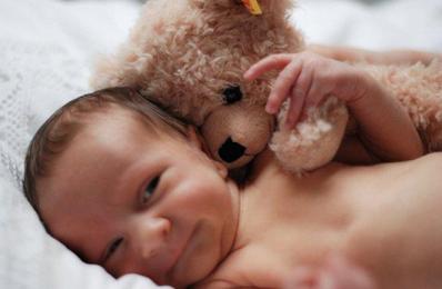 http://www.hebammenpraxis-lieblingskind.de/public/uploads/images/oben-links/Baby_Teddy.jpg
